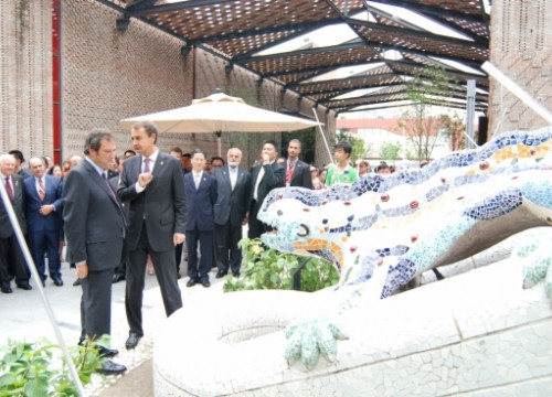 Barcelona's Mayor (left) and Spanish PM (right) in front of a Gaudí's dragon reproduction at Barcelona's pavillion in Shanghai