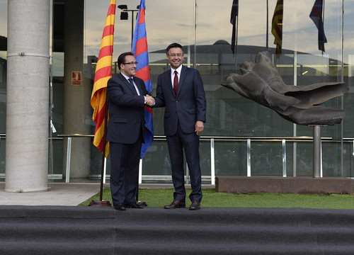 Ramon Adell (left) and Josep Maria Bartomeu (right) shaking hands on Monday (by FC Barcelona)