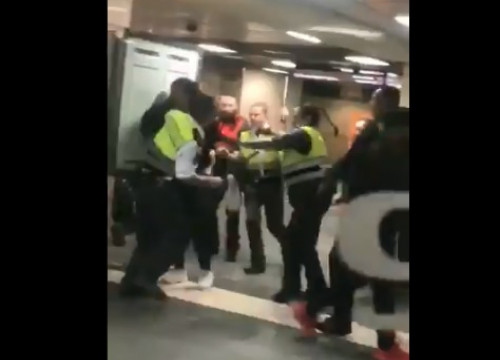 Image of the incident involving an individual and security guards in Barcelona's Plaça Catalunya train station