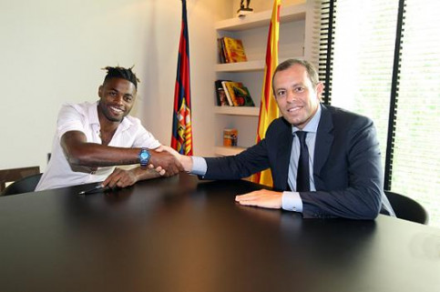 Cameroon player Alex Song and Barça President Sandro Rosell this Monday afternoon (by FC Barcelona)