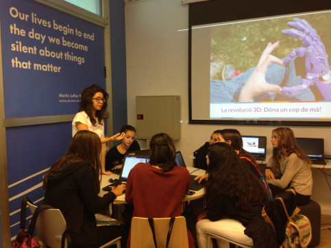 A group of teenagers in a workshop at the American Space Barcelona (by US Consulate General in Barcelona)