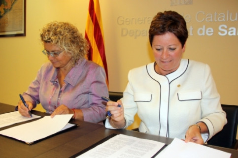 Catalan Minister for Health, Marina Geli (left), and Andorran Minister for Health, Cristina Rodríguez, signed the agreement