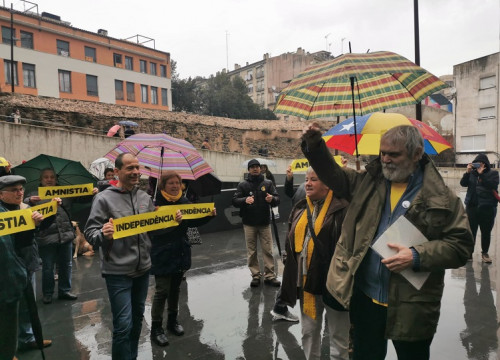 Oriol Junqueras' father, Artur, outside Manresa court on January 10, 2020 (by @Esquerra_ERC)
