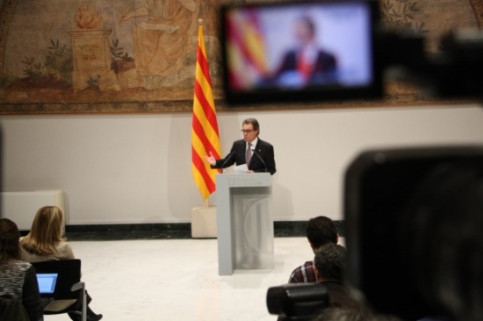 The Catalan President addressing the media to announce early elections on 27 September (by R. Garrido)