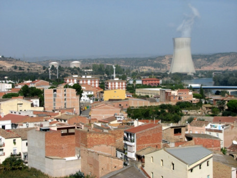 The town of Ascó and the energy plant, hosting two nuclear reactors (by ACN)