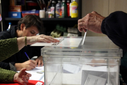 A person voting in Catalonia (by ACN)