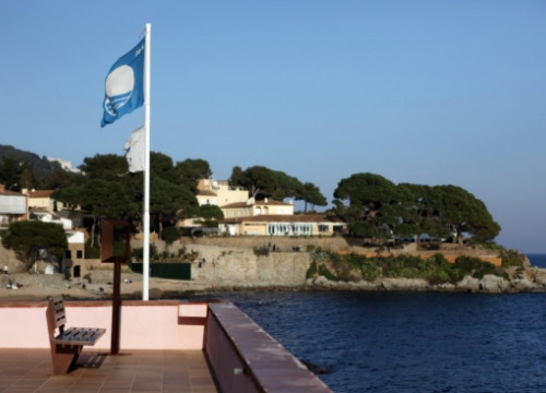 The blue flag, displayed at Calella de Palafrugell, at the Baix Empordà County (by O. Campuzano)