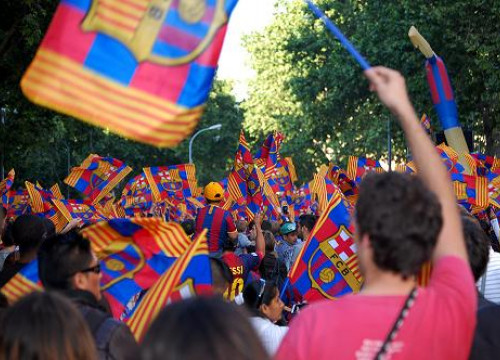 Fans of FC Barcelona celebrating the Spanish League title (by L. van Mourik)