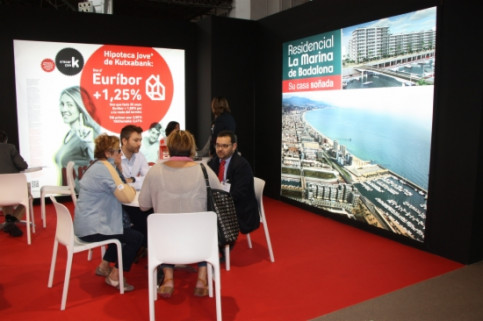 Potential buyers meeting with real estate companies at the 2014 Barcelona Meeting Point (by J. Molina)