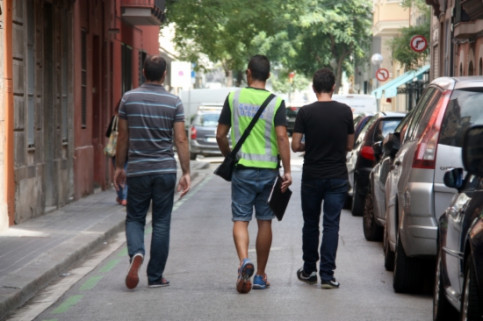 Officers from the Barcelona Local Police and the City Council looking for illegal tourist flats (by ACN)