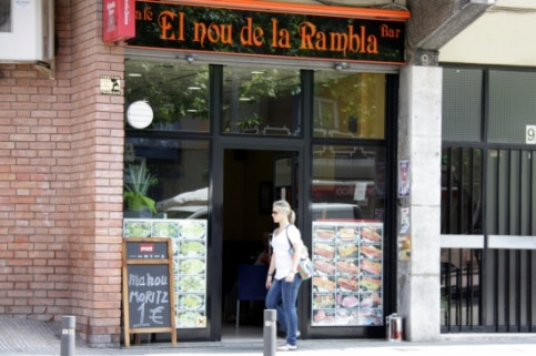 Catalan is used in shops and bars such as this one in Santa Coloma (by ACN)