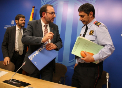 Josep Lluís Trapero (right), next to the Catalan Minister for Home Affairs (middle) and the Director of the Catalan Police (left) (by ACN)