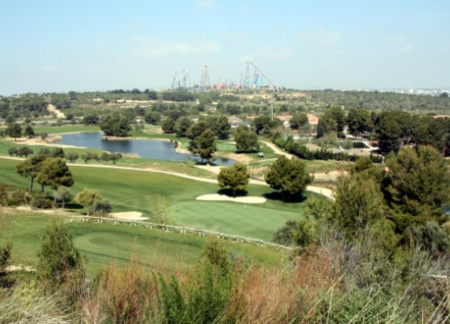 A golf course and PortAventura theme park, next to the land where BCN World should be built (by ACN)