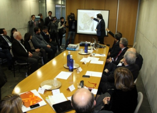 Representatives of the Catalan Government explaining details of BCN World's urban planning (by ACN)