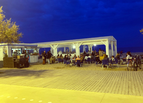 Image of a beach bar in Badalona the first night of reopening of eating establishments, on May 9, 2021 (by Guifré Jordan)