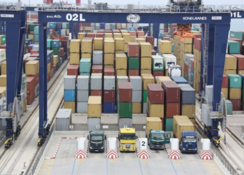 Container Terminal 'BEST' in Barcelona's Port (by ACN)