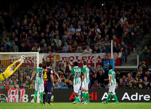 Two goals from Messi set up the fightback against Betis to leave Barça just two points off the League title (by FC Barcelona)
