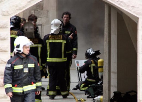 Firemen working at the crypt's entrance (by L. Vilaró)