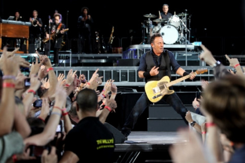 The Boss playing a guitar solo (by O. Campuzano)