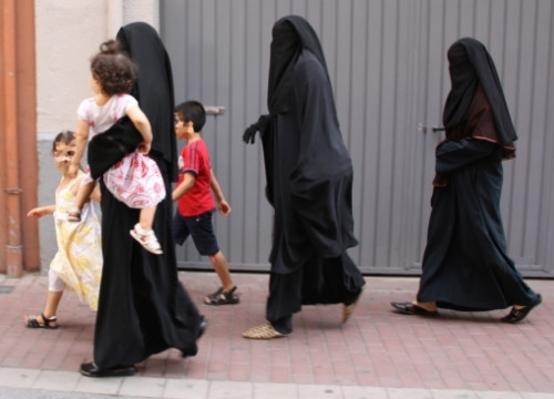 Women with burqa in Lleida (by ACN)