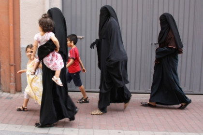 Women with the burqa in Lleida (by ACN)