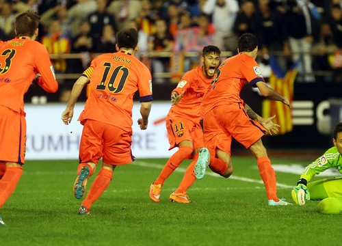 Barça players celebrate Sergio Busquets' goal against Valencia (by FC Barcelona)