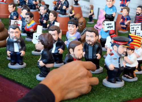Jordi Cuixart and Jordi Sànchez, Gabriel Rufián, Anna Gabriel, Carles Puigdemont and Oriol Junqueras as 'caganer' Christmas figurines on November 6 2017 (by ACN)