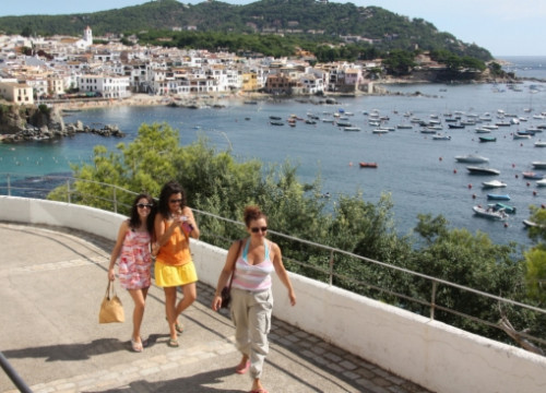 Tourists in Calella de Palafrugell, on the Costa Brava (by T. Tàpia)