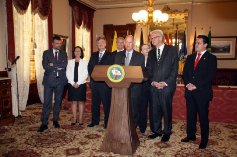 The Governor of California addressing the press before the signing of the Memorandum (by ACN)