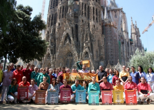 Representatives of the different 'castellers' groups presenting the action's banners (by L. Roma)