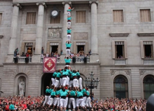 An impressive pillar of eight from the Castellers de Vilafranca in Barcelona (by ACN)
