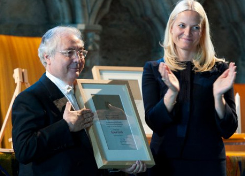 Manuel Castell received the Holberg Prize from Norway's Crown Princess Mette-Marit (by Ludvig Holberg Memorial Fund)