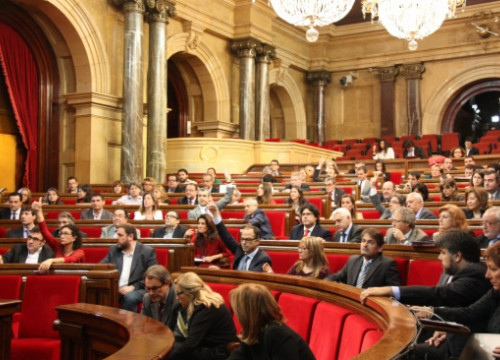 The Catalan MPs voting on the CUP's motion (by P. Solà)