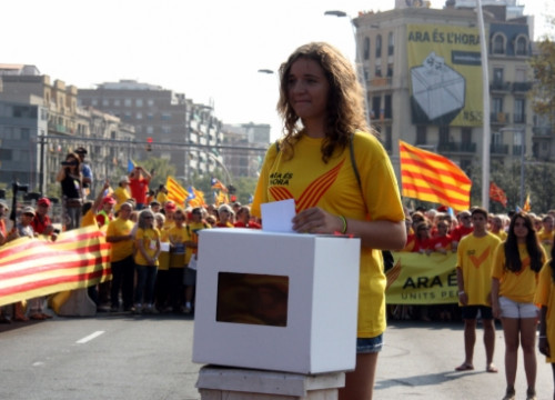 The girl, who will turn 16 on November 9, casting a symbolic vote (by L. Vilaró)