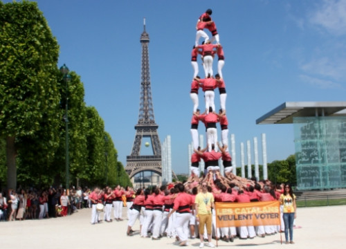 The Colla Vella dels Xiquets de Valls in front of the Eiffel Tower (by R. Garrido)