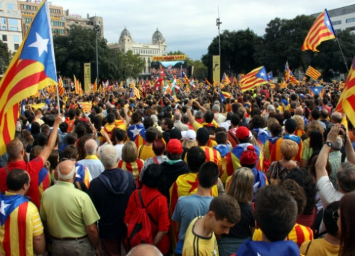 Independence supporters at Catalunya Square in Barcelona, gathering for the 'Catalan Way' (by A. Moldes)