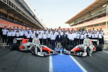 A family photo of the Hispania Racing Team with the Catalan President Artur Mas in Catalonia's F1 circuit (by R. Moreno)