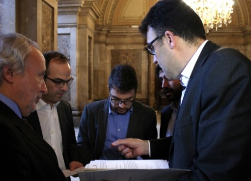 CiU and ERC MPs discussing the agreement's final document (by R. Garrido)