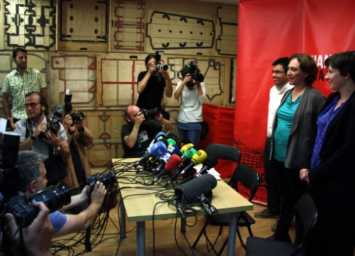 Ada Colau (centre) before her press conference on Monday, the day after the local elections (by ACN)