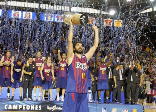Juan Carlos Navarro lifting the Spanish League Cup (by FC Barcelona)