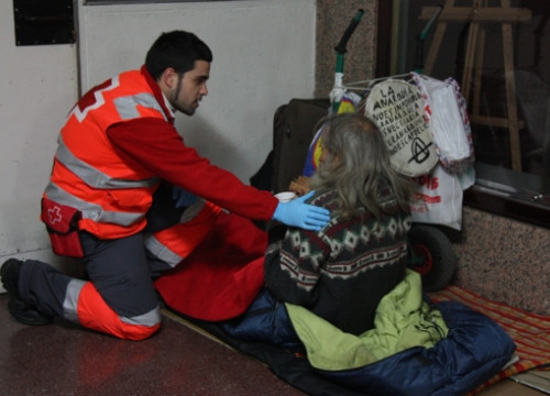 The Red Cross assisting a homeless person a few weeks ago (by ACN)