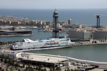 A sight from a section of Barcelona's harbour with a cruise boat (by R. Garrido)