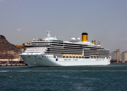 One of this weekend's cruise ships in Barcelona Port (by J. R. Torné)