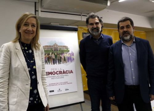 The President of AMI, Neus Lloveras; the President of Òmnium Cultural, Jordi Cuixart, and the President of the ANC, Jordi Sànchez, with the poster for 13-N demonstration (by ACN)