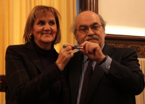 The President of the Catalan Parliament, De Gispert, receives the USB stick with the Catalan budget from Mas-Colell (P. Mateos)