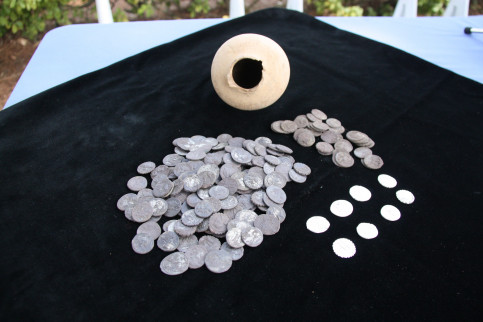 A ceramic-vase containing 200 silver denarius, dating from the 1st century B.C, was found in the Roman site of Empúries (by ACN)