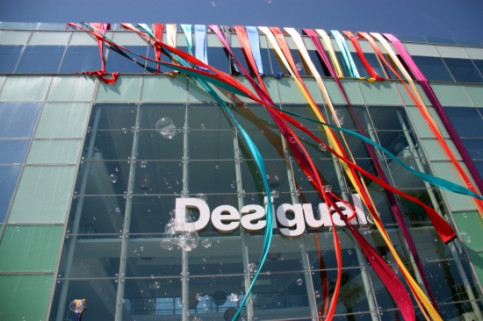Desigual's new headquarters in front of the Barceloneta beach (by J. R. Torné)