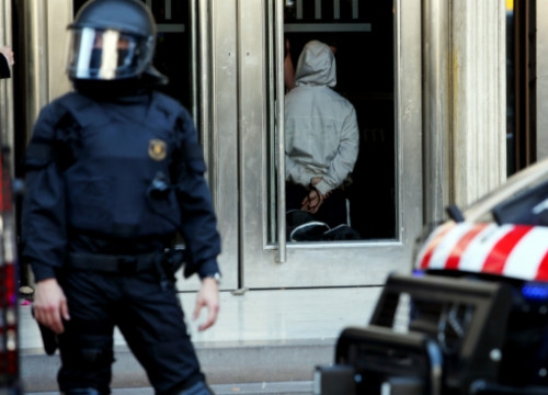 A person arrested by the Catalan Police and kept inside Barcelona Stock Exchange (by O. Campuzano)
