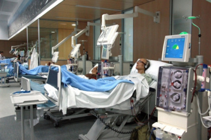Patients during the on-line hemodiafiltration treatment at Barcelona's Hospital Clínic (by E. Rosanas)