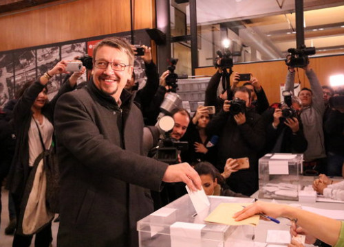 The top candidate for Catalonia in Common, Xavier Domènech, casts his vote (by ACN)